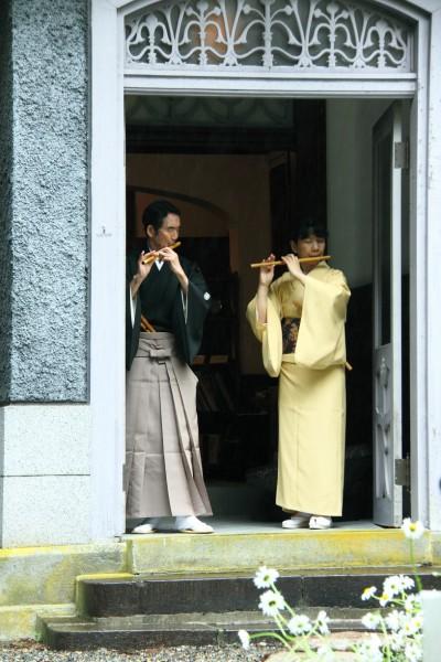 山縣記念館で横笛奏者の鯉沼廣行さんと金子由美子さん