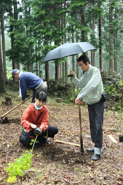 横笛奏者の鯉沼さんも木を植えました